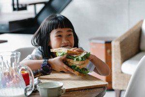 女孩吃吐司
