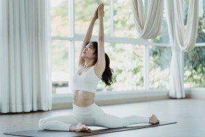 女生做瑜珈輕度運動